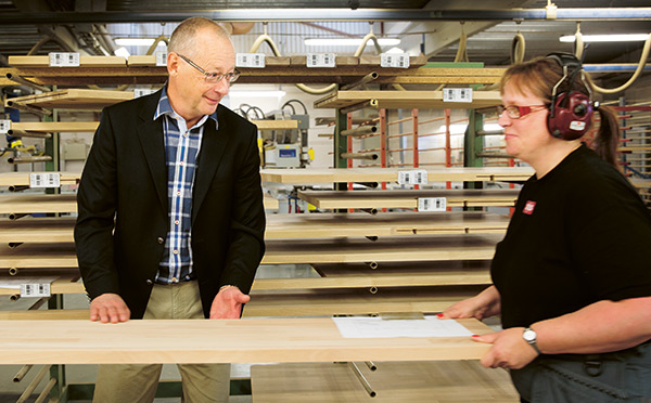 Jonas växlar några ord med Jeanette Carlsson, som kom till LG Collection efter en ettårig utbildning på Träcentrum i Nässjö.