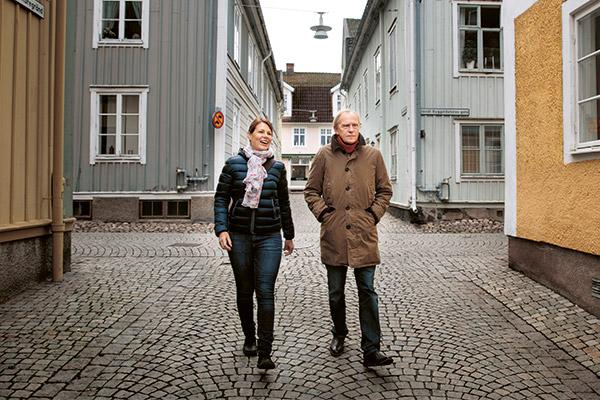 Frida Scherdén tillsammans med pappa Anders Lindholm på promenad i den vackra trähusstaden Eksjö.