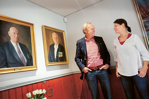 Fyra generationer.  Porträtten på väggen föreställer Philip Lindholm och Simon Lindholm, som är Fridas farfar respektive  farfars far.