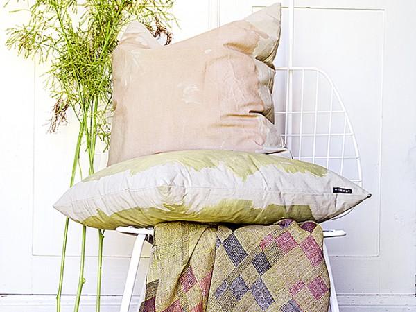 Längtan till naturen Vi vill ha in naturen i våra hem, vilket visar sig både genom färgsättning med olika gröna nyanser på väggar, möbler och inredning men även genom stora, gröna bladväxter som flyttar in i våra hem. Blommorna i rummet ställs inte bara på fönsterbrädor och golv, nu vill vi även ha amplar, blombord och piedestaler.