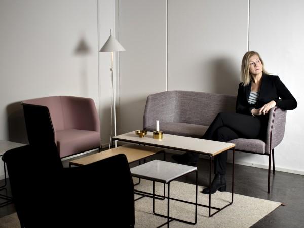 """Här sitter Ulrika Ståhl i en """"Cajal"""" av Gunilla Allard vid det tillhörande soffbordet med samma namn och formgivare."""