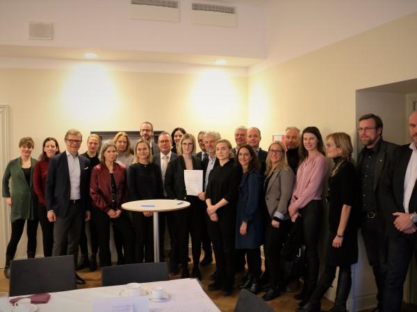 Miljöminister Peter Eriksson (MP) samlar representanter. I samband med mötet undertecknade deltagarna en gemensam avsiktsförklaring där byggbranschen tar ansvar för att agera mot kränkningar och övergrepp. FORSSTRÖM/REGERINGSKANSLIET