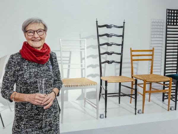 Maria Tarkpea, kemist och dotter till konstnären och möbelarkitekten Erik Chambert. – Jag fascineras över att Lars och Kersti ställt min fars stol tillsammans med tre andra stolar som delar både känsla och formspråk med varandra. Foto: Srina Stjernkvist
