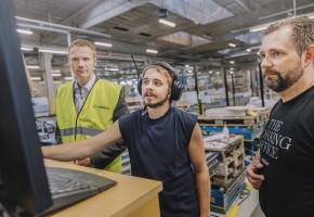 SKÄRMTID Oskar Brandin (tv) och Daniel Hanning (th) följer flödet i fabriken via en datorskärm.