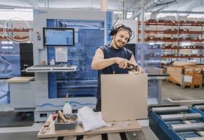 EFFEKTIVITET Edsbyns produktion har gått från att vara stora serier av en produkt som sedan lagerhålls till att varje kontorsskåp som nu sätts ihop har en köpare med sina specifika krav.