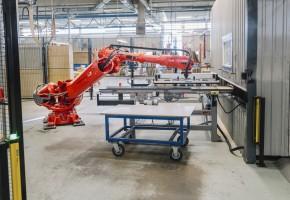 HELT AUTOMATISKT En robot sätter limduttarna på rätt ställe på varje kontorsskåp, ser till att produktionen löper på smidigt, samtidigt som den tar bort monotona och ergonomiskt svåra arbetsuppgifter