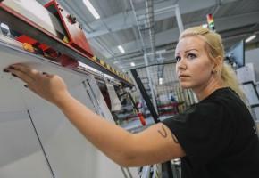 SAMARBETE Stina Emman är operatör och teamledare på Edsbyverken. Hon har jobbat här sedan 2011 och är nöjd med att operatörerna har fått ha inflytande över de automatiseringsprojekt som genomförts i fabriken.