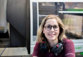 Jenny Hansson är utbildad möbelsnickare och arbetar på Ballingslöv som CNC operatör i maskinverkstaden.