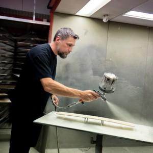 Ronnie Treijner arbetar på ytbehandlingens slipavdelning. Han kan bli en av de personer som genomgår industrivalidering om Ballingslöv väljer att göra ett pilotprojekt.