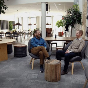 LEVER SOM MAN LÄR Fiskarhedenvillans huvudkontor är givetvis klimatsmart. Fr.v. Jonas Nilsson och Erik Jäderbrink.